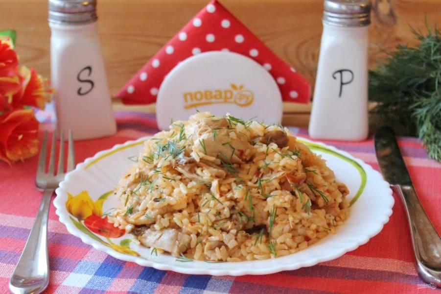"""Плов """"Чахохбили"""" готов. Подавайте на обед или ужин с овощами и соленьями."""