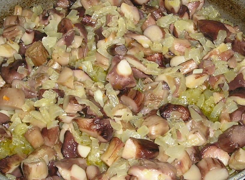 На сковороде разогрейте растительное масло, обжарьте мелко нарезанный лук до золотистости, затем добавьте маслята, посолите по вкусу. Перемешайте и готовьте еще 15 минут, огонь средний.