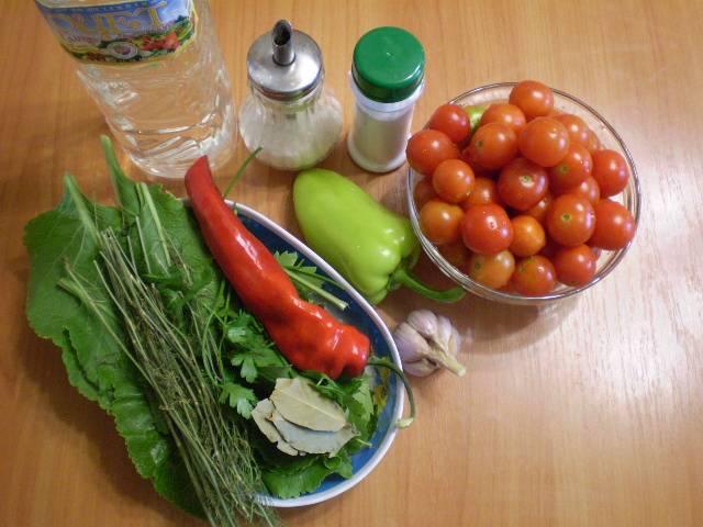 Овощи и зелень тщательно вымыть. Банки с крышками простерилизовать.
