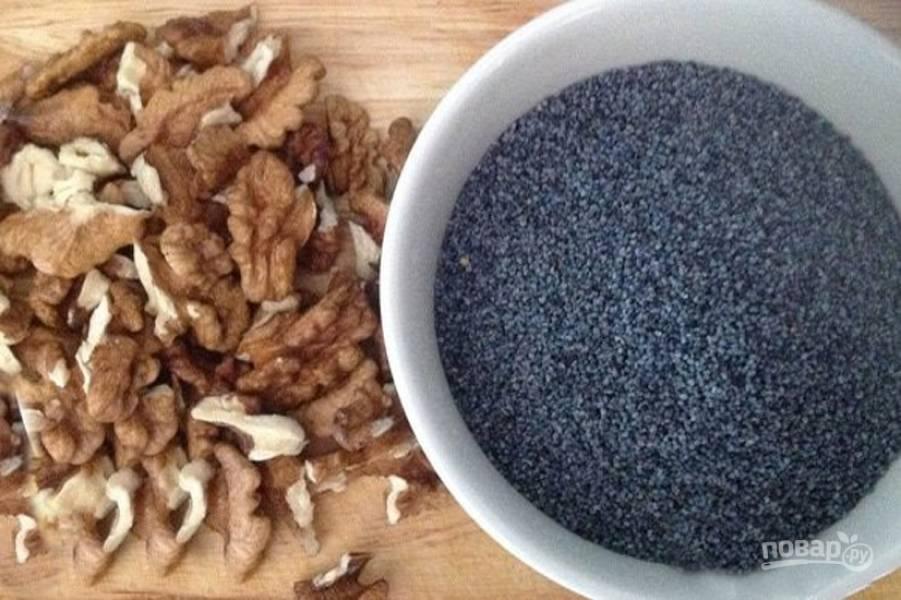 Отправьте в чашу блендера орехи, мак и измельчите до состояния пасты.
