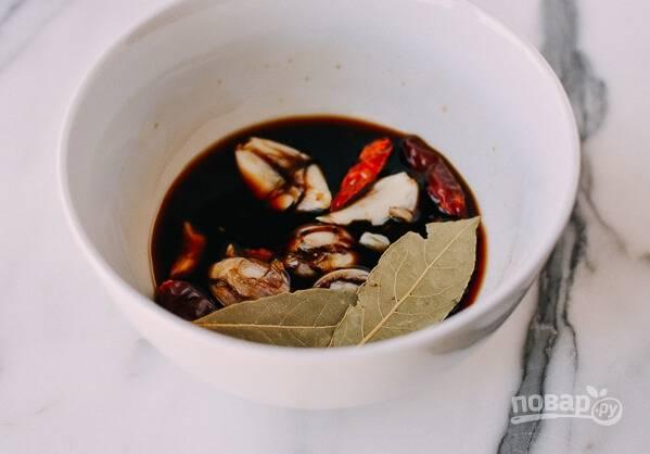 3.Сделайте маринад: хорошенько смешайте сахар, соль, уксус. Соевый соус, раздавленные зубчики чеснока и лавровый лист, а также сушеные чили.
