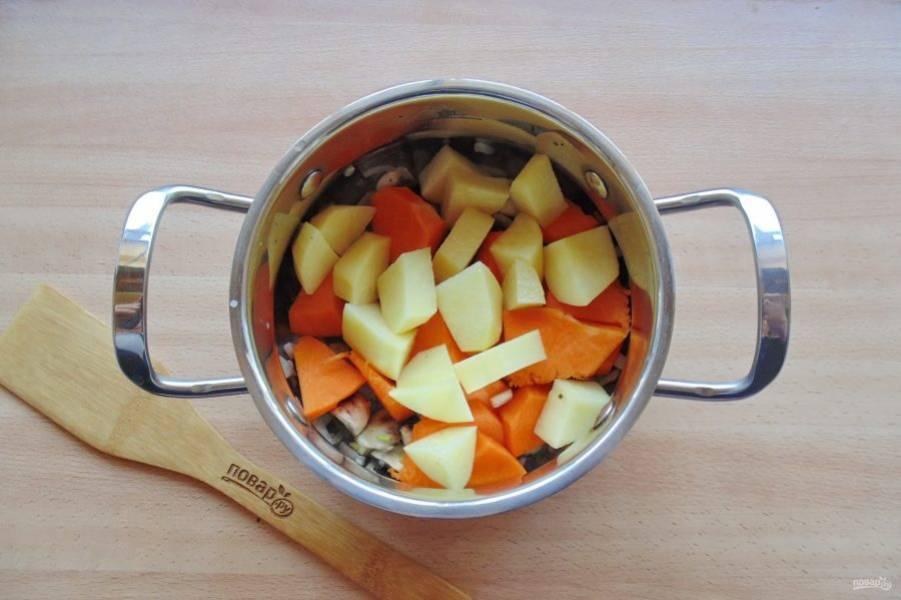 И нарезанный картофель. Налейте в кастрюлю воду так, чтобы она не полностью накрывала овощи.