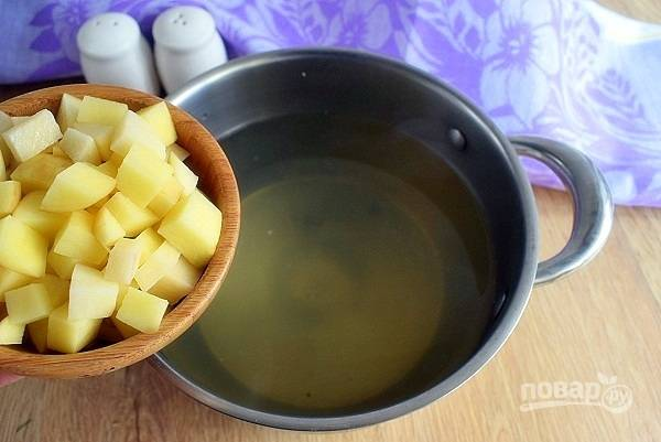 При наличии хвоста и головы рыбы залейте их холодной водой, добавьте лавровый лист, черный перец и отварите бульон. Процедите. Закиньте в кипящий бульон картофель, нарезанный некрупными кубиками. Варите в течение 20 минут.