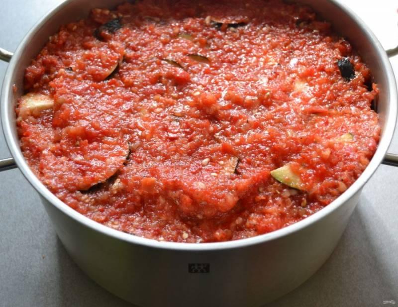 Остатки томатно-перечной смеси выложите сверху. Поставьте на огонь, тушите на медленном огне 20 минут с момента закипания, не мешайте.