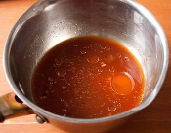2. Отдельно растворим сахар в соевом соусе. Сюда же я добавляю давленный чеснок и уксус. Заливаем этой смесью грибы и тушим до готовности.