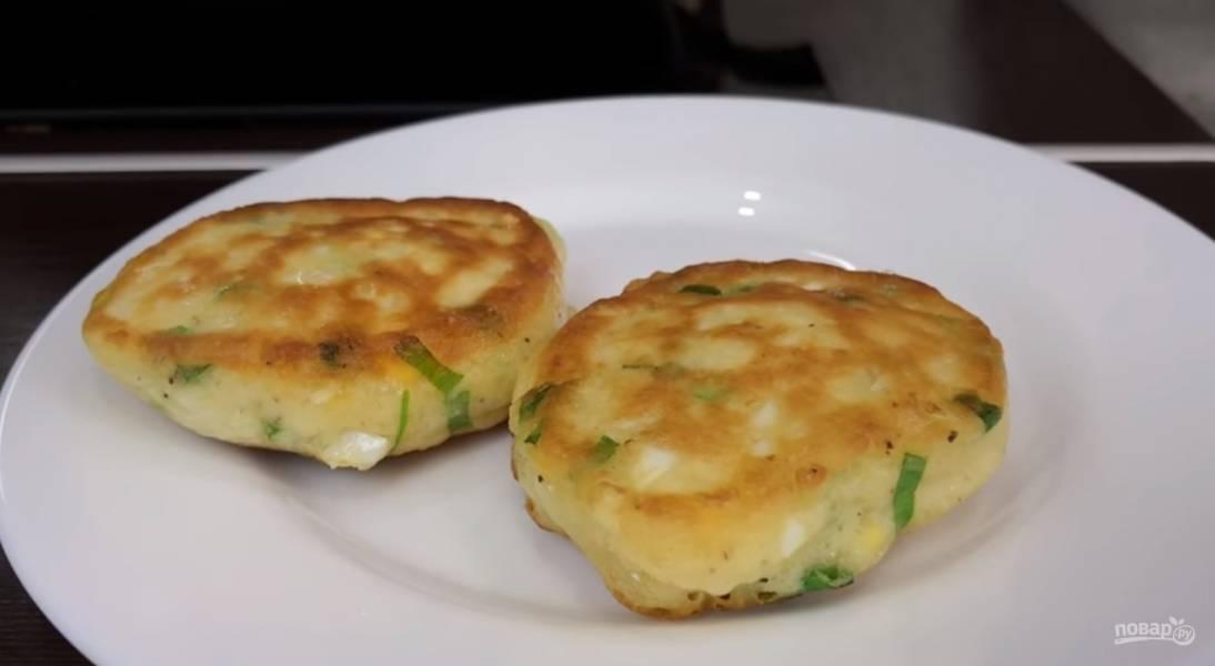 Закусочные оладушки с зеленым луком и яйцом