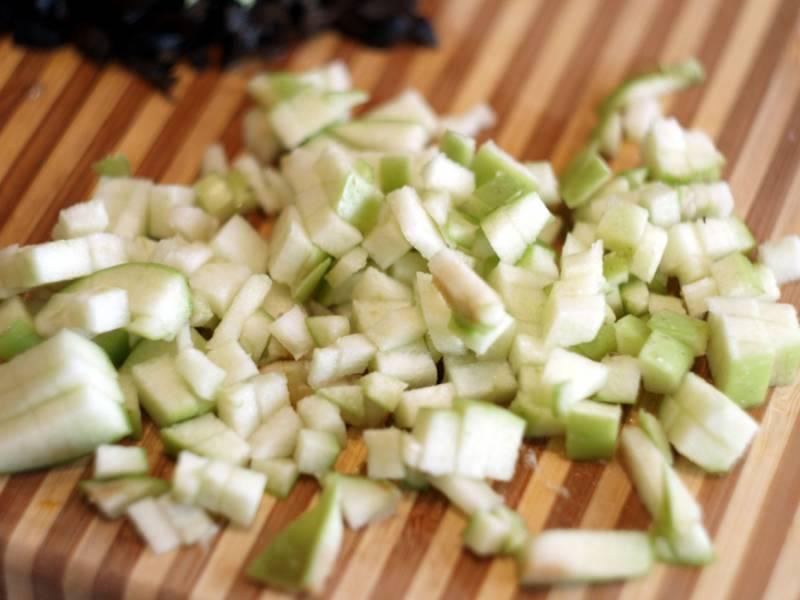 Яблоки промойте и порежьте, удалив предварительно сердцевину и кожуру (можно и не удалять).