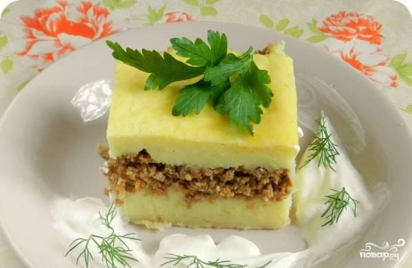 Смажьте запеканку сверху немного взбитым яйцом. Уберите ее в духовку на 15 минут. Подавайте с зеленью и соусом.