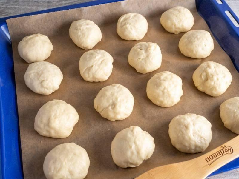 По 80 грамм получится 16-17 штук. Выложите на противень с пекарской бумагой, накройте полотенцем или пленкой и уберите на 25-30 минут в теплое место для подъема.