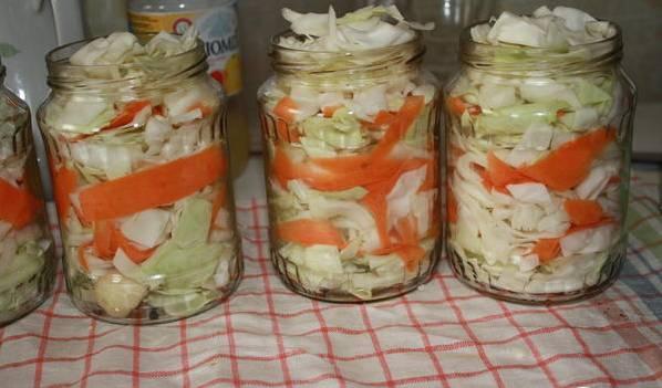 """2. Затем выкладываем капусту и морковь слоями. Укладываем туго, так как маринад овощи потом еще """"придавит"""", и они опадут."""