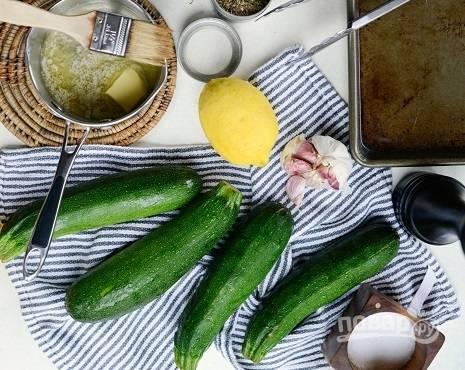 1. Чтобы приготовить цукини на гриле с чесноком и сыром, мы будем использовать вот такие ингредиенты.