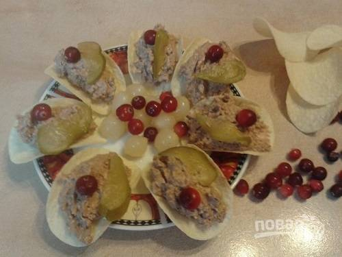 Выкладываем паштетную начинку на каждую чипсину, украшаем клюквой и огурцом.