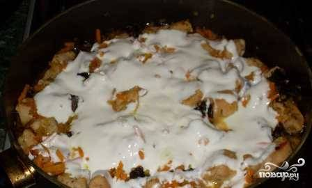 Сметану чуть разбавляем водой или молоком, заливаем ею кролика с овощами. Тушим под крышкой на небольшом огне минут 30. Пробуем на соль и, если надо, добавляем.