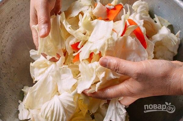 2.Вручную хорошенько перемешайте все овощи в миске, чтобы они хорошо просолились.