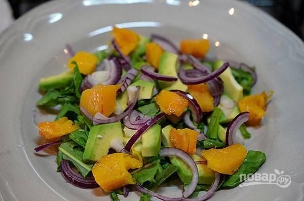 Разложите ломтики запечённой тыквы, посыпьте орехами и заправьте оливковым маслом, смешанным с лимонным соком.
