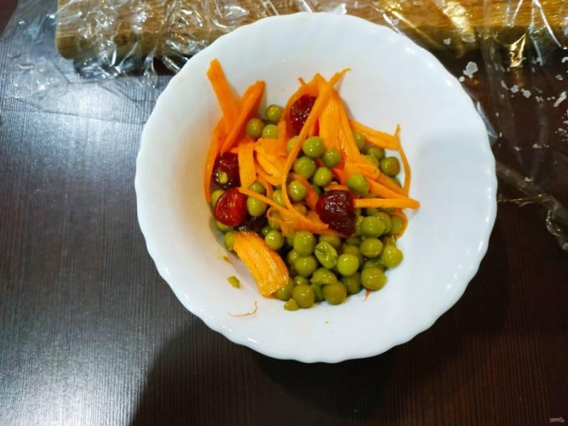 Для начинки смешайте горошек, морковку, вишню.