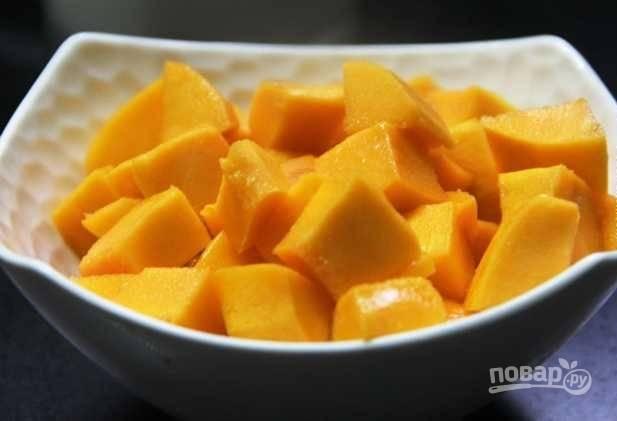 1.Очистите манго от кожуры и нарежьте его небольшими кусочками произвольной формы.