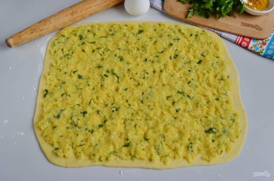 Распределите начинку, чуть вдавливая её пальцами в тесто. Постарайтесь это сделать равномерно и гладко.