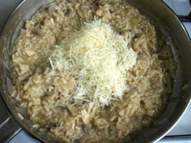 Выложите тертый сыр, перемешайте и через минуту оставьте с огня.