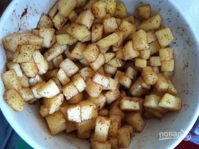 2. Яблоки почистите и нарежьте небольшими кубиками. Затем смешайте с корицей и сахаром.
