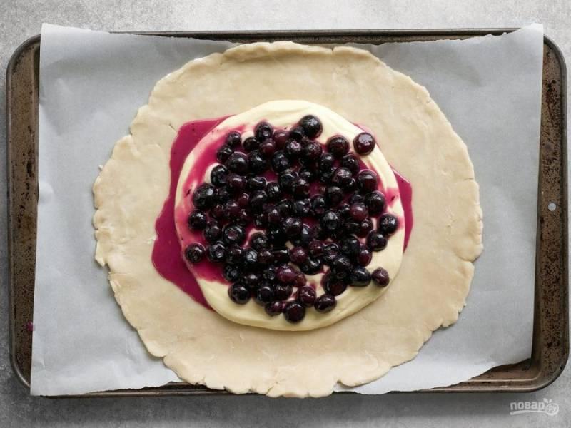 8.Поверх сливочного сыра уложите смесь из ягод черники.