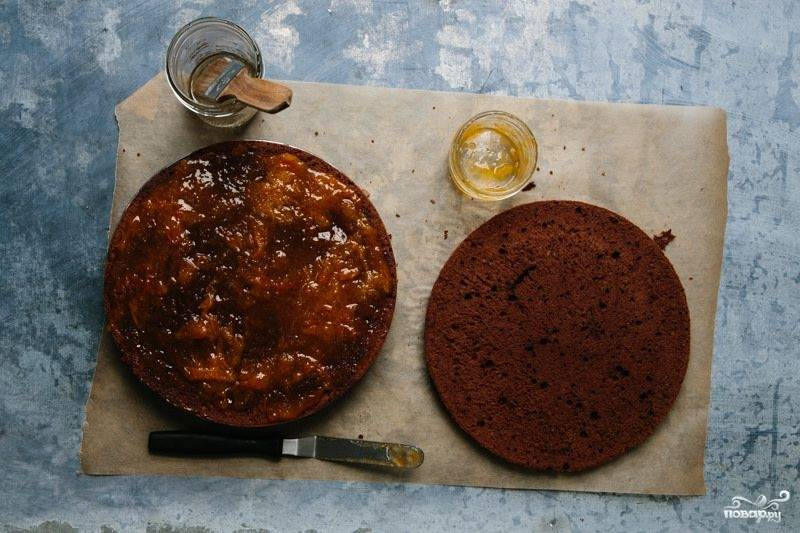5. Осторожно разрежьте корж пополам. Пропитайте каждую половинку сиропом. На одну выложите примерно половину абрикосового джема. Хочу сразу обратить ваше внимание на то, что классический рецепт венского шоколадного торта предполагает использование именно абрикосового и никакого другого джема.