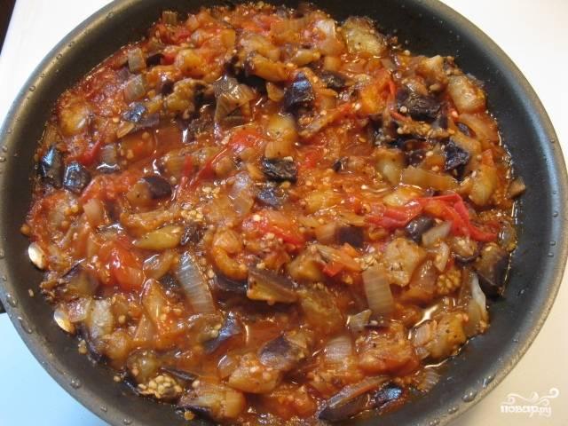 Добавить помидоры, зелень, соль, специи по вкусу. Тушите 20 минут под закрытой крышкой. Если помидоры дадут мало сока, добавьте немного воды. Приятного аппетита!