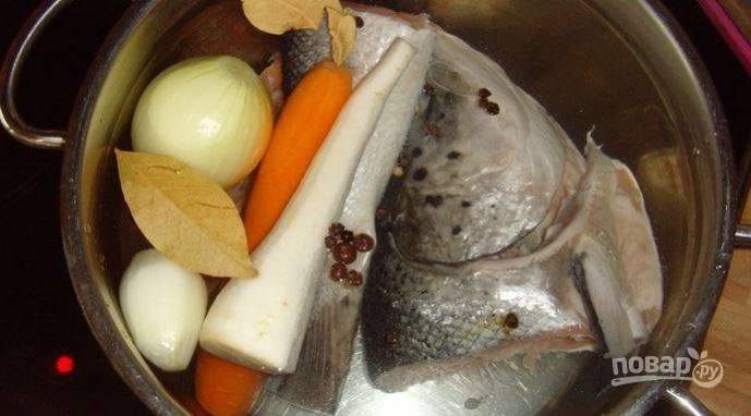 В кастрюлю отправьте корнеплоды, рыбу, специи, овощи и сварите бульон. После чего процедите и охладите его.