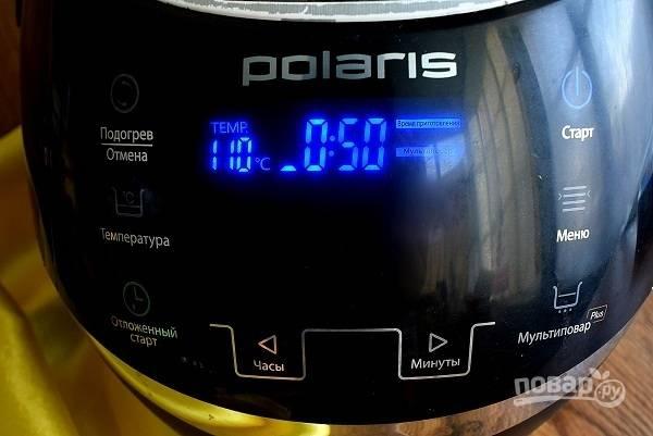 Добавьте свежевыжатый лимонный сок, варите сироп 50 минут в режиме «Мультиповар» (t – 110°C) при открыткой крышке или в кастрюле на очень медленном огне в течение 45-50 минут, не размешивая. Температура сиропа не должна превысить 110°C. Сироп приобретет цвет меда, а по консистенции будет немного жиже.