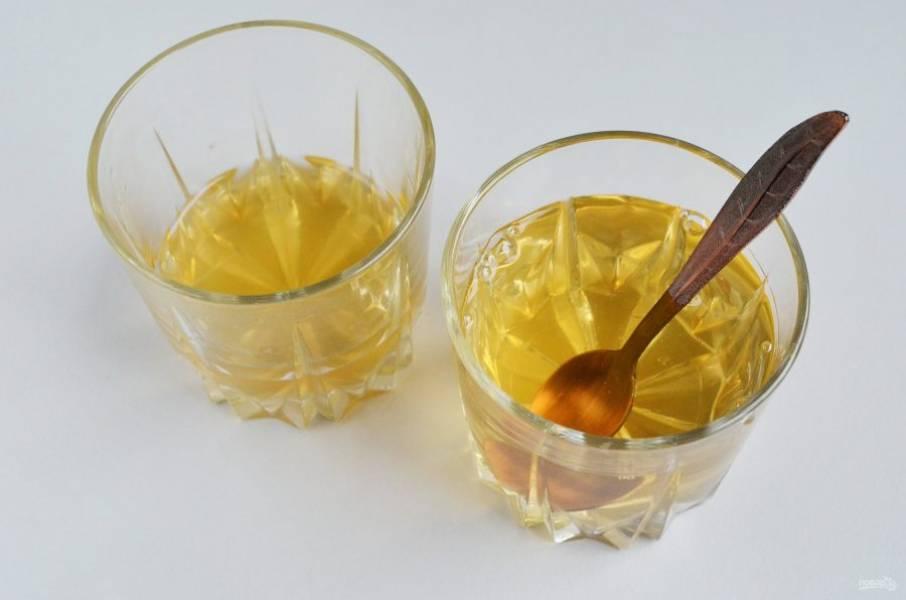 Половину разведенного желатина соедините с оставшимся соком. Перемешайте.