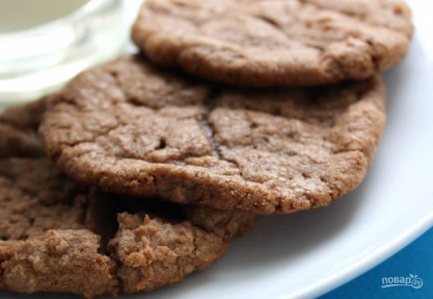 4.Выпекайте его в разогретой до 180 градусов духовке 8-10 минут. Подавайте печенье после остывания.