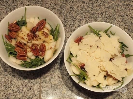 Поливаем салат соусом и посыпаем пармезаном.