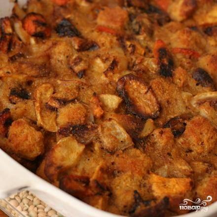 4. Сбрызнуть форму для выпечки маслом в спрее. Пропустить чеснок через мясорубку, добавить его к овощам вместе с тимьяном, розмарином, шалфеем и запеченными кубиками хлеба. В средней миске взбить яйца, затем добавить куриный бульон и сливочное масло, взбить все вместе. Залить яичной смесью овощи, аккуратно перемешать. Выложить полученную смесь в подготовленную форму. Накрыть форму фольгой и выпекать около 30 минут. Убрать фольгу и выпекать до коричневого цвета и хрустящей корочки, около 15 минут.