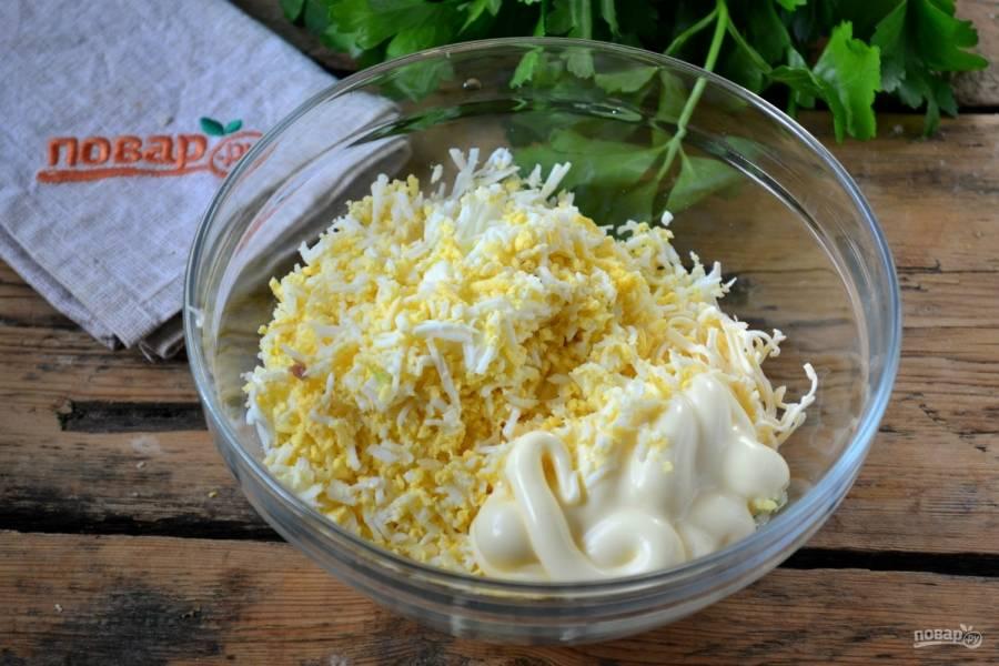 Смешайте сыр и яйца, выдавите немного чеснока, заправьте майонезом и хорошенько перемешайте до образования пастообразной массы.