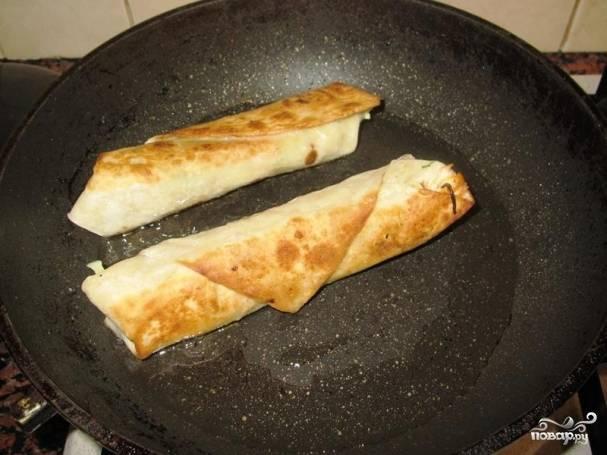 Обжарьте на сухой (или с совсем небольшим количеством масла) сковороде со всех сторон до золотистой корочки.