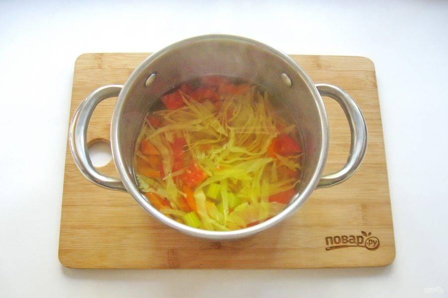 6. Заправьте суп лимонным соком, куркумой, чесночным порошком и черным молотым перцем. Проварите еще 1-2 минуты и выключайте.