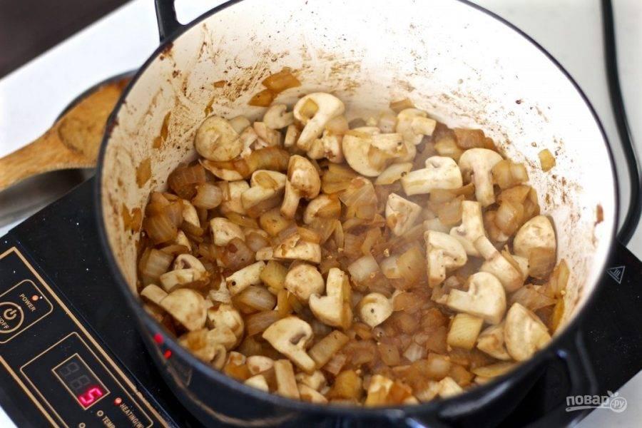 4.Нарежьте грибы крупными кусочками и добавьте к луку, нарежьте мелко тимьян и выложите к овощам.