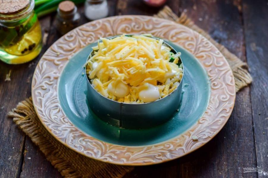 Твердый сыр натрите средней стружкой - это завершающий слой салата.