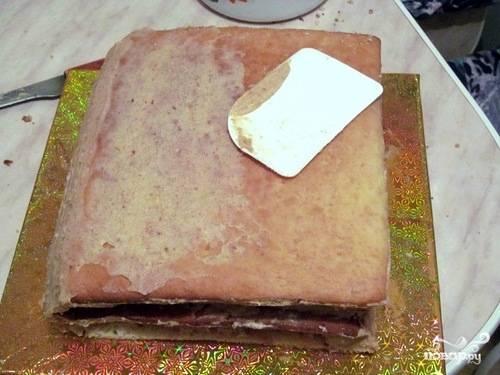 3. Обрезки я обычно смешиваю с остатками крема, полученной однородной массой промазываю, как шпатлевкой, поверхность торта.