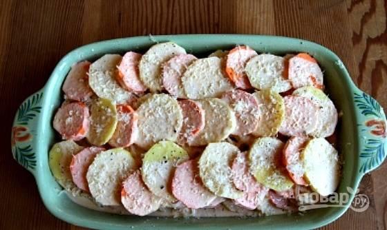 3. В небольшом сотейнике соедините сливки, тертый сыр, чеснок. Добавьте тимьян и мускатный орех для аромата. Прогрейте немного (но не кипятите!) и вылейте в форму.