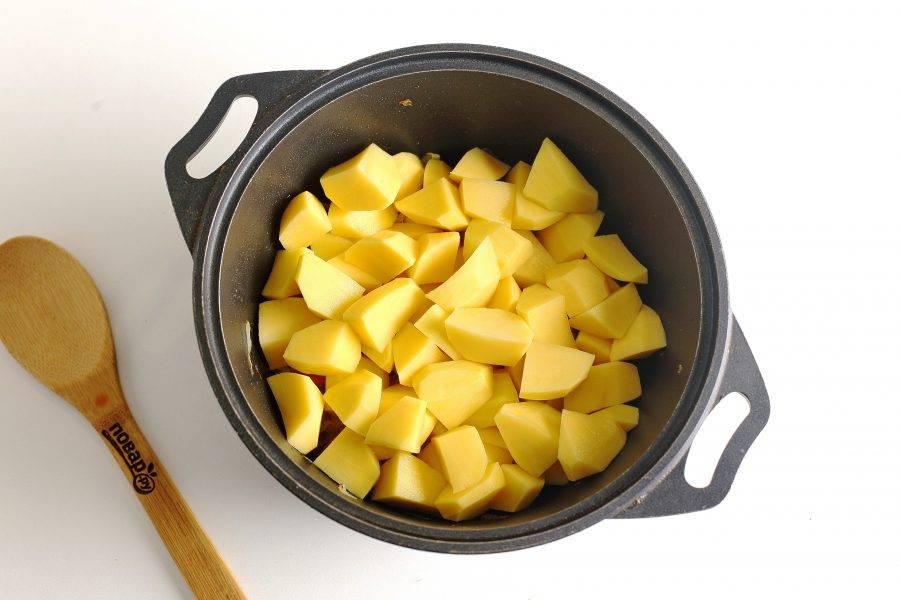 Затем добавьте нарезанный картофель (нарезка овощей может быть любая).