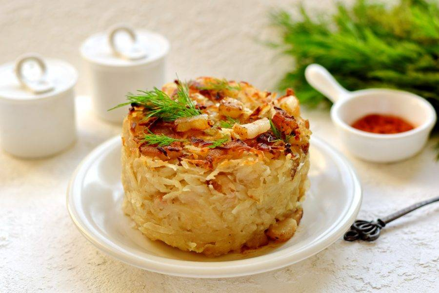 Картофельную бабку немного остудите, достаньте из формы, украсьте зеленью, подайте к столу. Блюдо можно дополнить сметаной. Приятного аппетита!