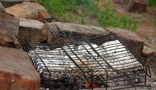 6. Отдельно можно запечь овощи, которые будут идеальным гарниром для рыбки. Перед подачей можно аккуратно развернуть фольгу и при желании снять филе со шкурки.