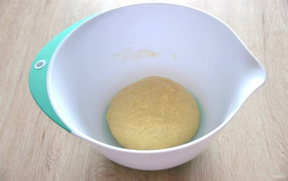 Месите тесто руками, должно получиться мягкое и эластичное тесто. Накройте тесто пленкой (салфеткой) поставьте в теплое место для брожения примерно на 1,5 часа, в процессе брожения сделайте 2 обминки.