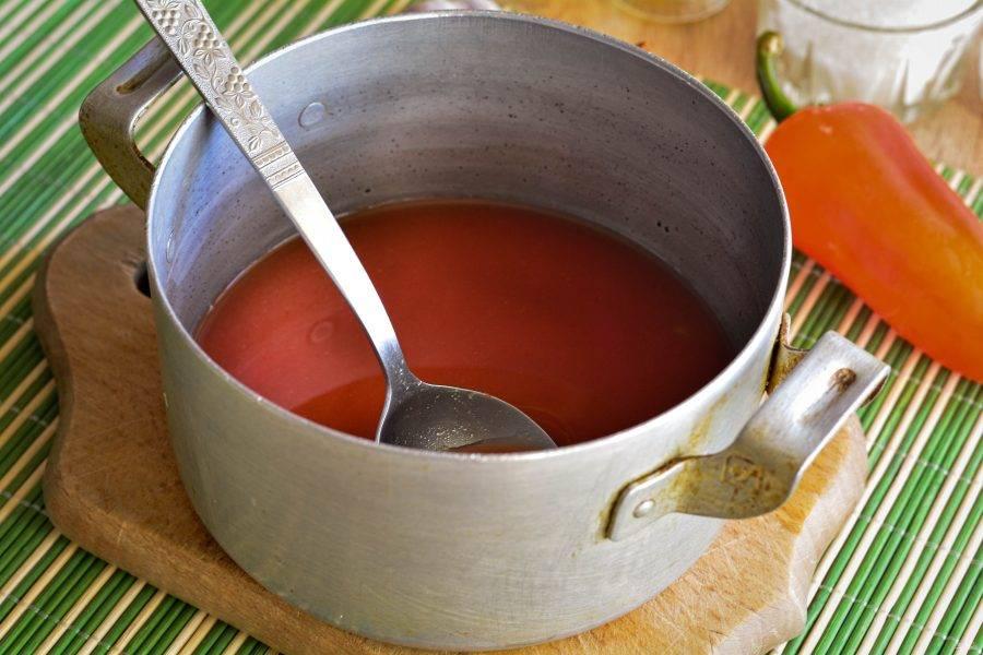Для соуса смешайте в кастрюле томатную пасту, воду и растительное масло. Закипятите соус.