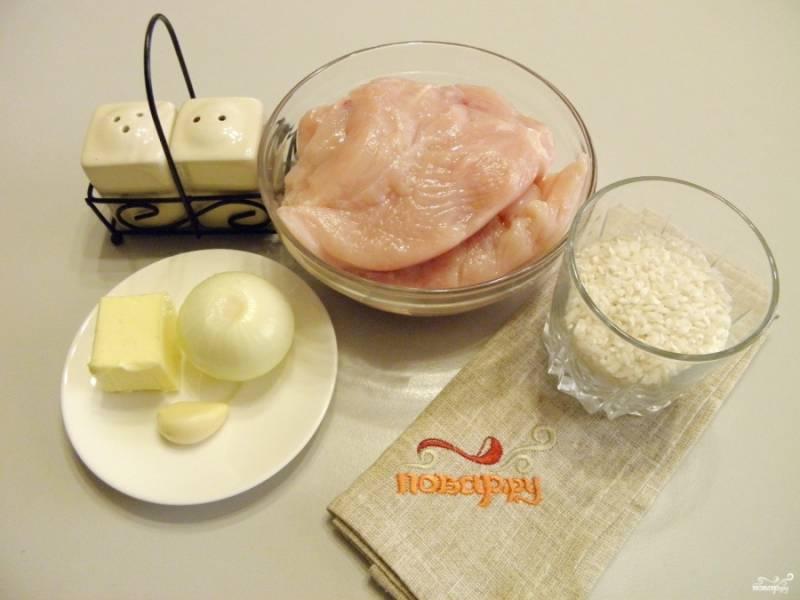 Подготовьте продукты: вымойте мясо, очистите овощи и переберите рис. Приступим.