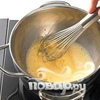 Перемешивайте венчиком пока смесь не загустеет (перемешивайте тщательно, чтобы желток не оставался на краях и не прилип ко дну).