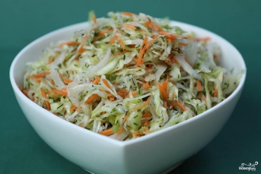3. Перемешайте все ингредиенты салата в одной миске, попробуйте. Добавьте, если нужно, лимонного сока. Посолите, поперчите, заправьте маслом и дайте настояться минут 5-7. Приятного аппетита!