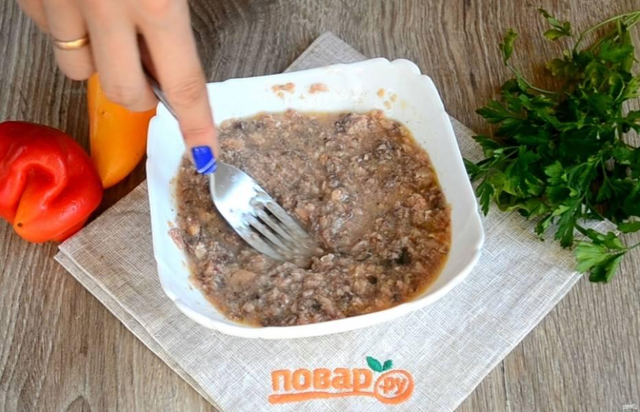 Сардину переложите в тарелку и разомните вилкой до однородной массы.