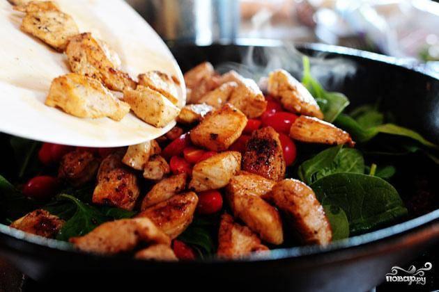 5. Добавить шпинат, разрезанные пополам помидоры, кусочки жареной куриы и приготовленную пасту в сковороду.